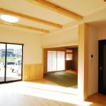 新居浜新築リビング、無垢床時ピノアース、真壁和室、大黒柱