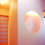 モダン和風住宅の玄関飾り棚 丸型