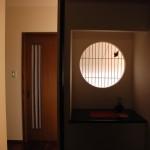 モダン和風住宅の飾り棚、丸窓障子