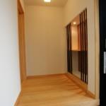 新居浜平屋和モダン 玄関ホール、飾り棚、竹格子