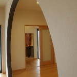 新居浜平屋モダン和風 丸型間仕切り、玄関ホール、竹格子