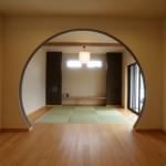 新居浜平屋和モダン畳リビング、間接照明、ピノアース、無垢の床材