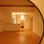 新居浜平屋和モダンダイニング、ピノアース無垢床材、丸抜き間仕切り