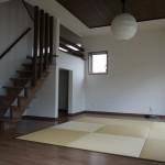 新居浜モダン和風新築 リビング、さらさ階段、畳コーナー