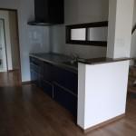 新居浜モダン和風新築 キッチン、さらさ階段