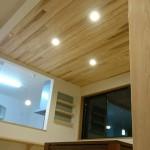 西条モダン和風新築 板張り天井、小上がり畳