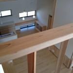 西条モダン和風新築 ロフトから見たLDK、木製手すり