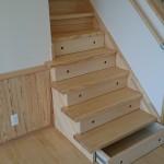 西条モダン和風新築 引き出し付き階段、無垢床材