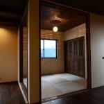 西条モダン新築 小上がり和室、縁なし畳、ルーバー建具