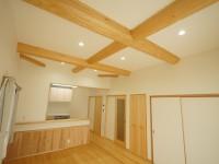新築注文住宅F様邸丸太梁見せ、腰壁、無垢材の床