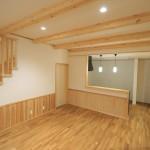 新築建売住宅の無垢の床材、梁見せ、腰壁