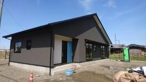 西条市神戸にて建築中のS様邸。平屋の和風住宅、外部塗り完成