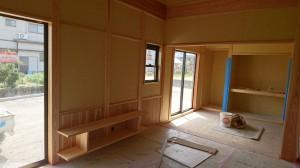 西条市神戸にて建築中の和風平屋住宅の内部造作工事。腰壁、テレビ台